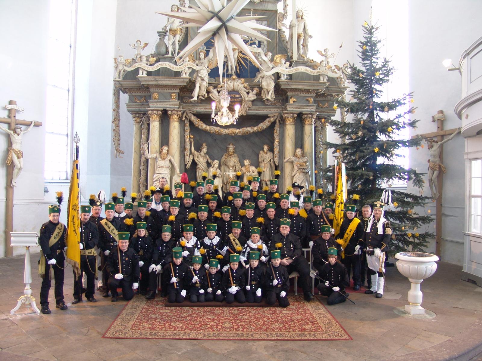 Berg-, Knapp- und Brüderschaft Jöhstadt vor dem Altra in der St. Salvatorkirche in Jöhstadt